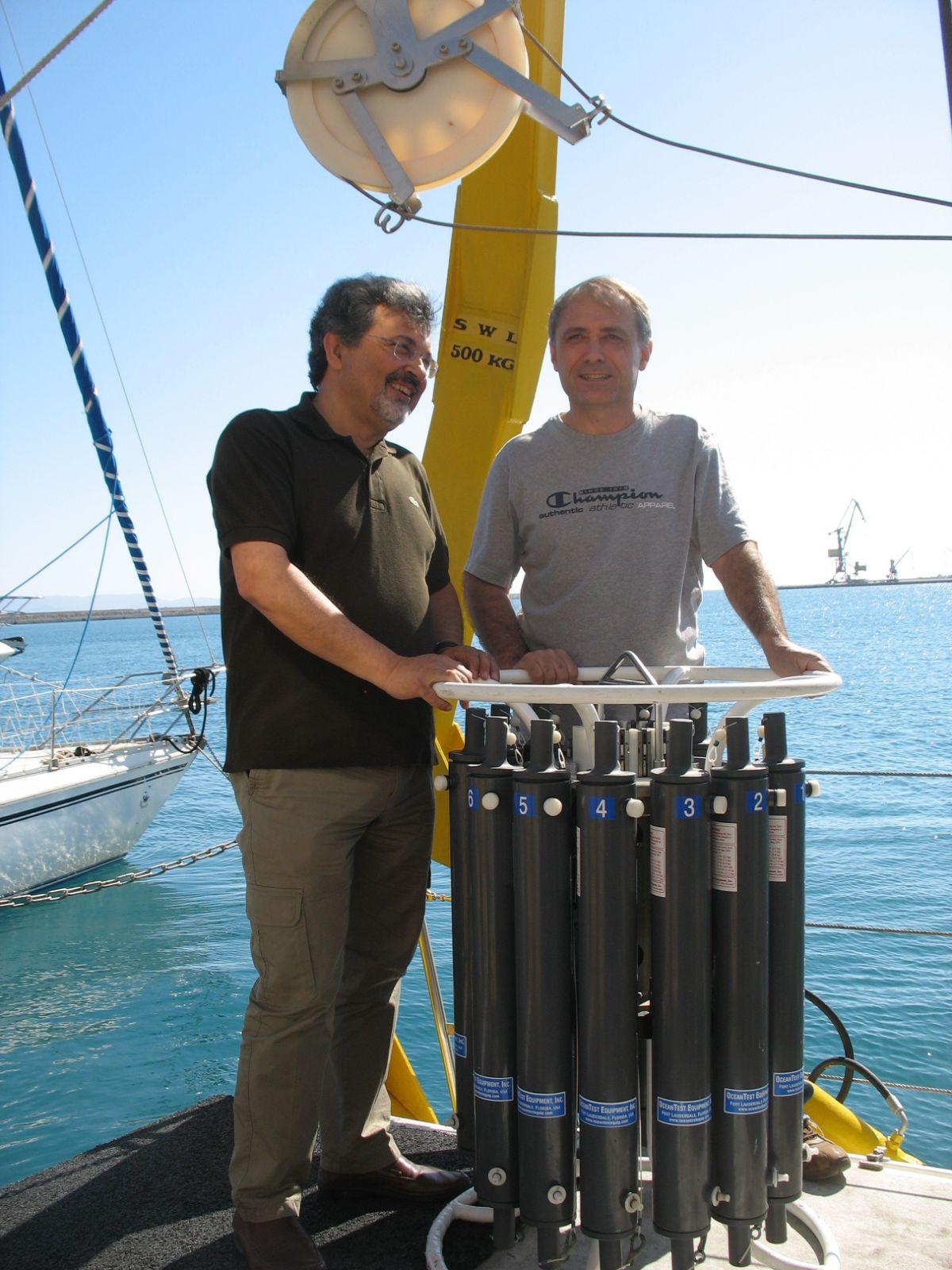 Α. Μαγουλάς και Γ. Κωτούλας στο σκάφος του ΕΛΚΕΘΕ, λίγο πριν τη δειγματοληψία (1)